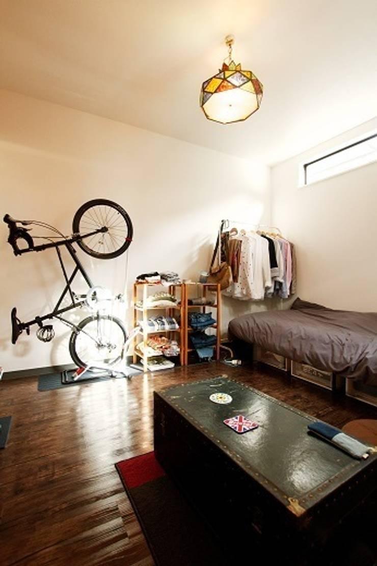 三方道路に囲まれた家: 株式会社 創匠が手掛けた寝室です。