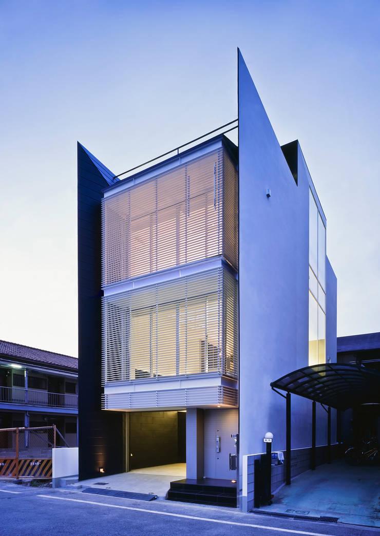 ファサード夕景2: 岩井文彦建築研究所が手掛けた家です。