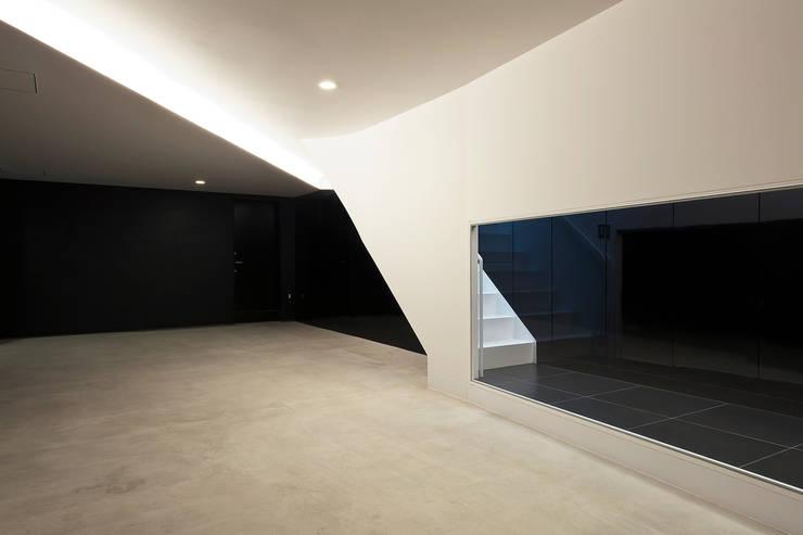 駐車場: 岩井文彦建築研究所が手掛けたガレージです。