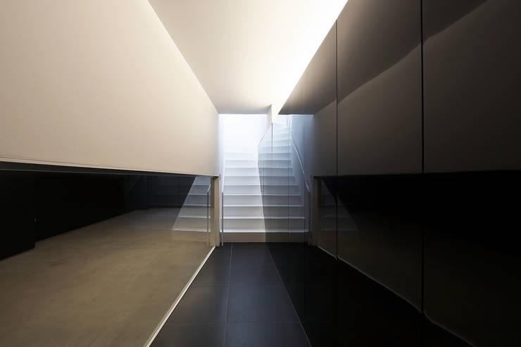 ホール: 岩井文彦建築研究所が手掛けた家です。