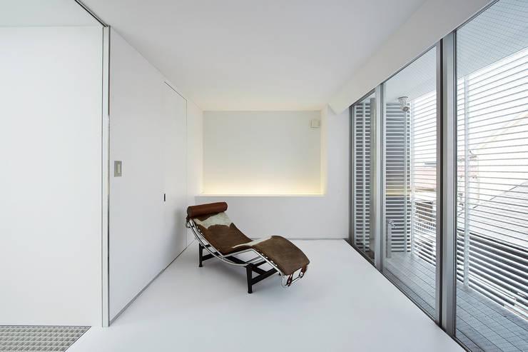 主寝室: 岩井文彦建築研究所が手掛けた寝室です。