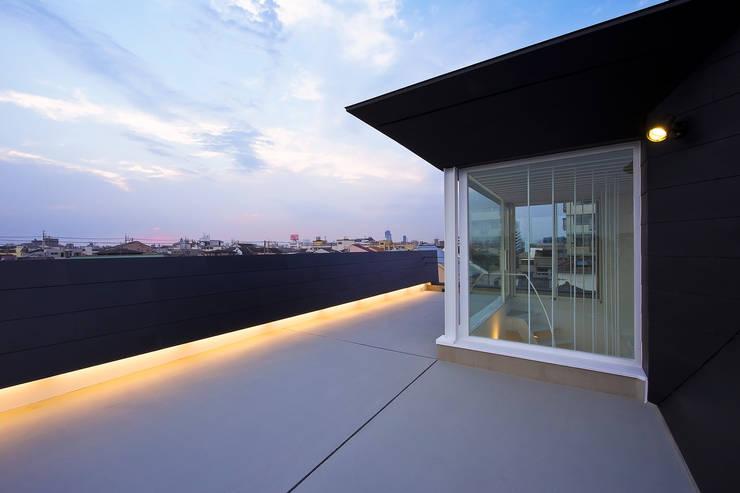 屋上テラス2: 岩井文彦建築研究所が手掛けたベランダです。