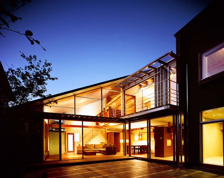 光を抱く家: 西島正樹/プライム一級建築士事務所 が手掛けたベランダです。