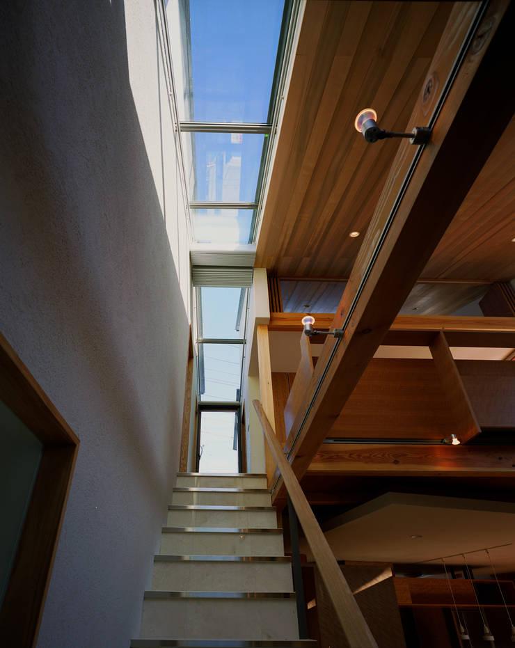 光を抱く家: 西島正樹/プライム一級建築士事務所 が手掛けた廊下 & 玄関です。