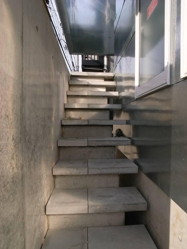 外部階段: 濱嵜良実+株式会社 浜﨑工務店一級建築士事務所が手掛けた廊下 & 玄関です。
