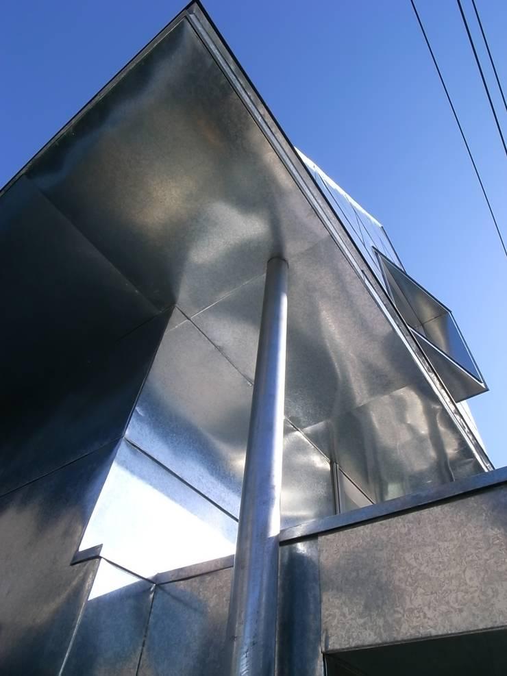 外観: 濱嵜良実+株式会社 浜﨑工務店一級建築士事務所が手掛けた廊下 & 玄関です。