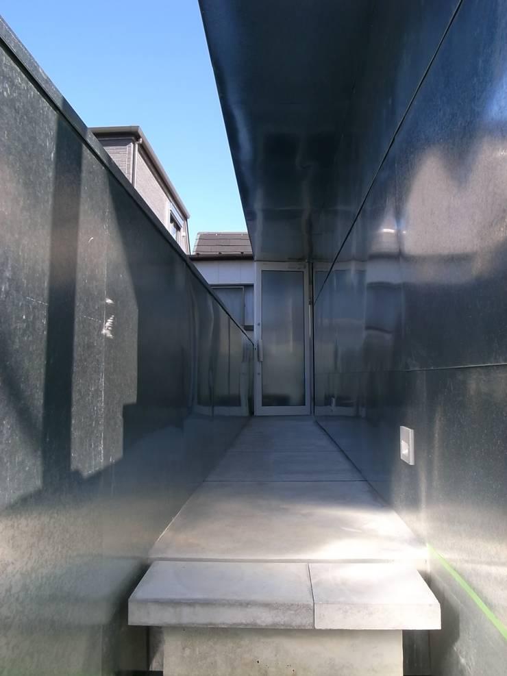 外廊下: 濱嵜良実+株式会社 浜﨑工務店一級建築士事務所が手掛けた廊下 & 玄関です。