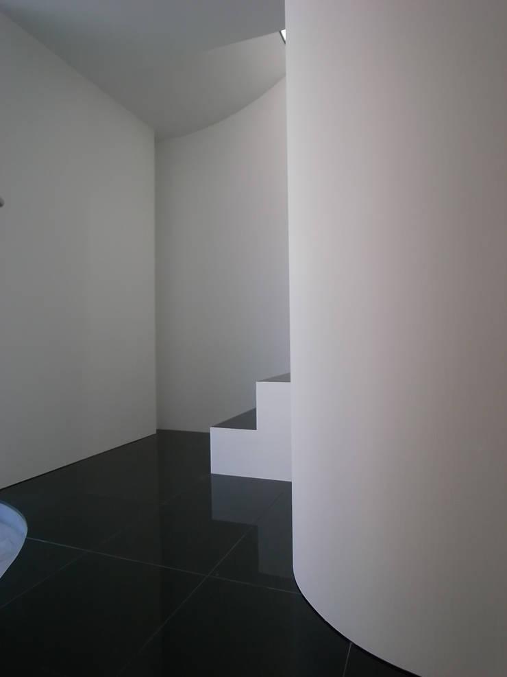 玄関ホール: 濱嵜良実+株式会社 浜﨑工務店一級建築士事務所が手掛けた廊下 & 玄関です。