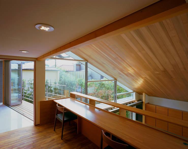 光を抱く家: 西島正樹/プライム一級建築士事務所 が手掛けた書斎です。