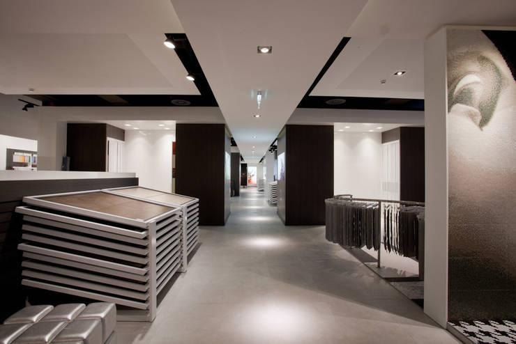 Showroom Bergmann Wien - : Negozi & Locali commerciali in stile  di Foschi & Nolletti Architetti