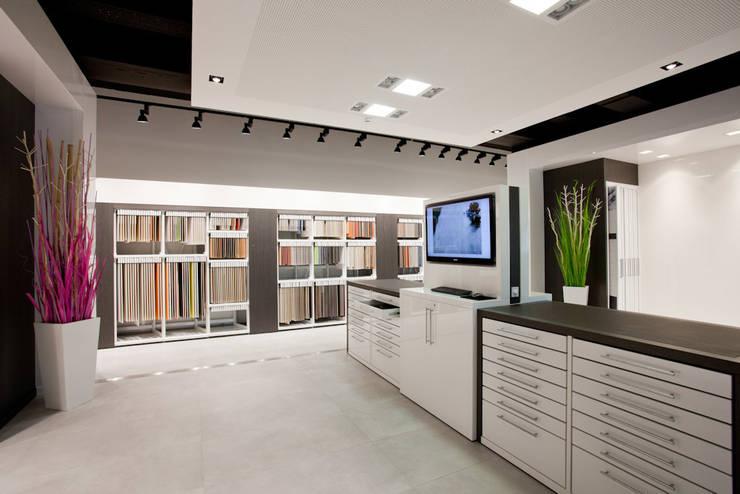 Showroom Bergmann Wien - zona lavoro: Negozi & Locali commerciali in stile  di Foschi & Nolletti Architetti