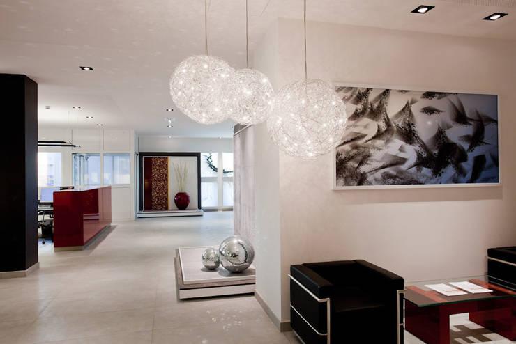 Showroom Bergmann Wien - ambientazioni : Negozi & Locali commerciali in stile  di Foschi & Nolletti Architetti