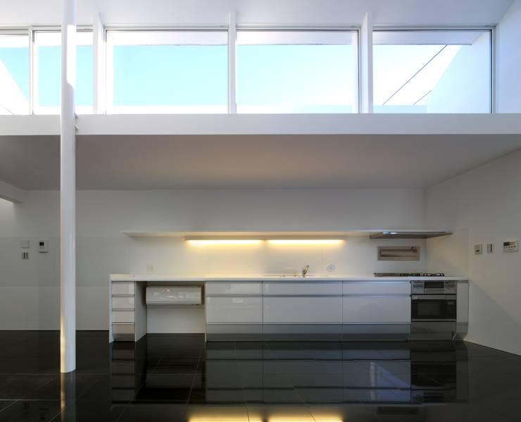 キッチン: 濱嵜良実+株式会社 浜﨑工務店一級建築士事務所が手掛けたキッチンです。