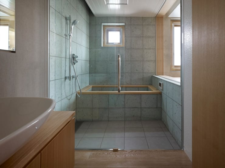 Under the Large Roof: Atelier HARETOKE Co., Ltd.が手掛けた浴室です。