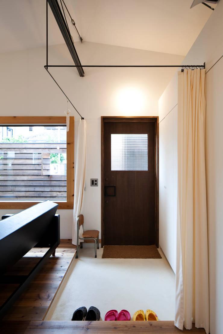 House in Gakuenmae: 設計組織DNAが手掛けた廊下 & 玄関です。