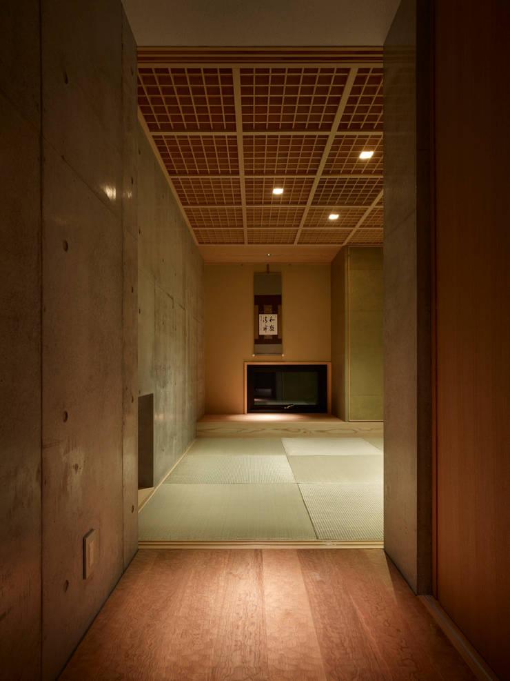 Under the Large Roof: Atelier HARETOKE Co., Ltd.が手掛けた和室です。