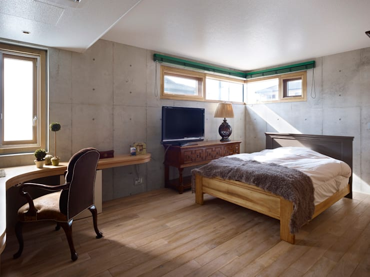 Under the Large Roof: Atelier HARETOKE Co., Ltd.が手掛けた寝室です。