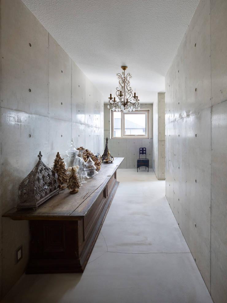Under the Large Roof: Atelier HARETOKE Co., Ltd.が手掛けた廊下 & 玄関です。