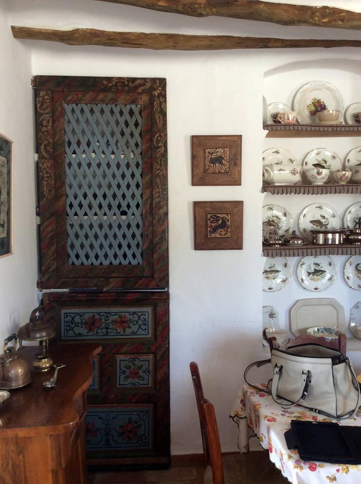 Puerta antigua: Cocinas de estilo  de Anticuable.com