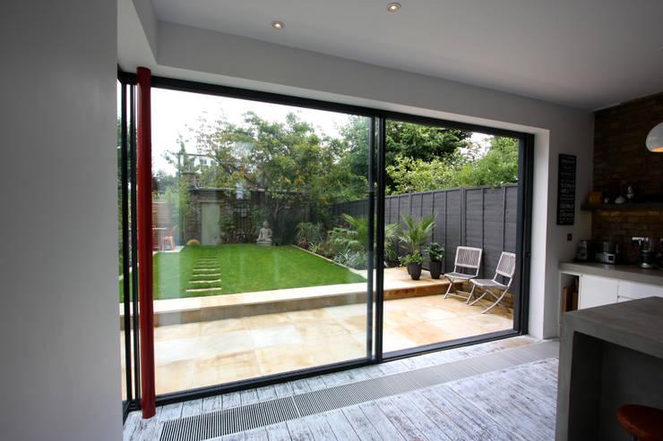 Lynton Road:  Kitchen by IQ Glass UK