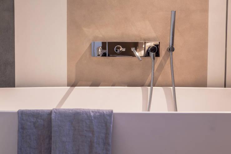 Quattro piani Primi Novecento: Bagno in stile  di Lucia Bentivogli Architetto