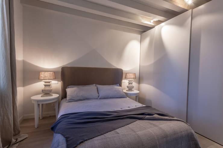 Quattro piani Primi Novecento: Camera da letto in stile in stile Classico di Lucia Bentivogli Architetto