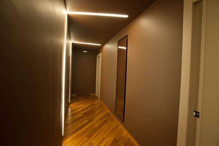 APPARTAMENTO : Ingresso & Corridoio in stile  di Architetto del Piano, Moderno