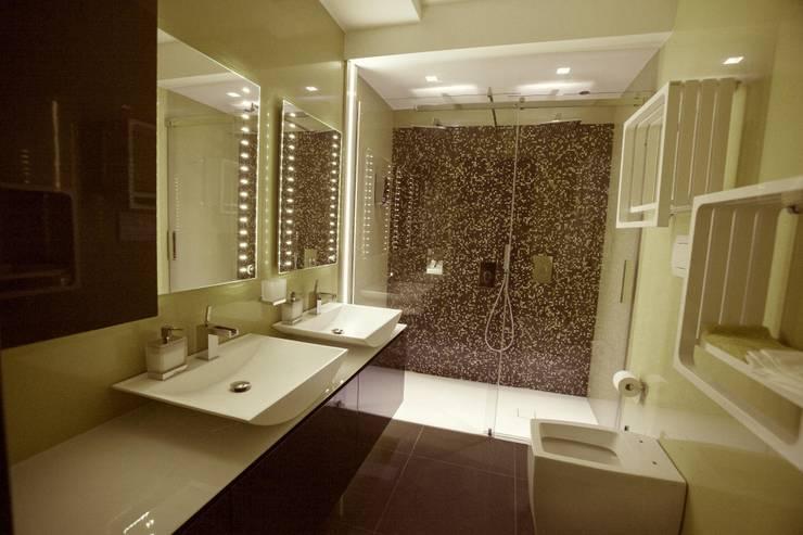 APPARTAMENTO : Bagno in stile  di Architetto del Piano, Moderno