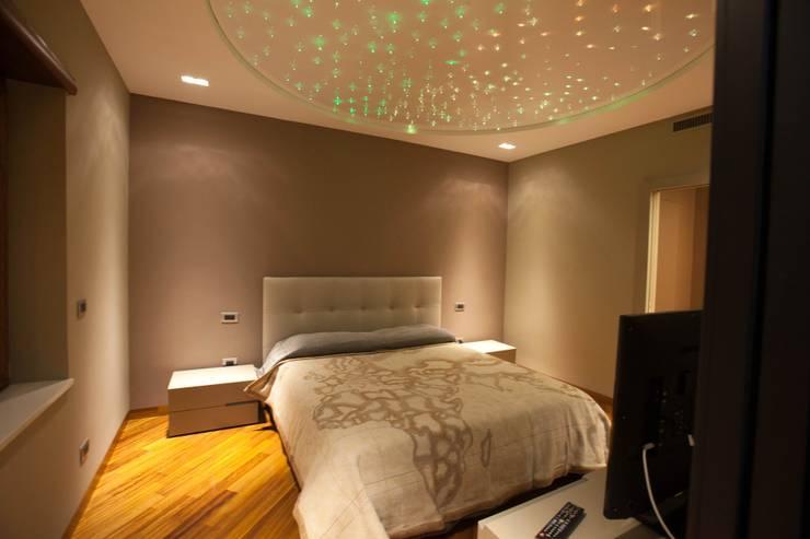 APPARTAMENTO : Camera da letto in stile  di Architetto del Piano, Moderno