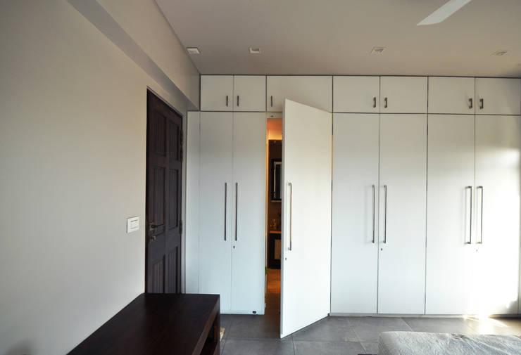 RESIDENCE AT VILE PARLE (E):  Bedroom by Dhruva Samal & Associates