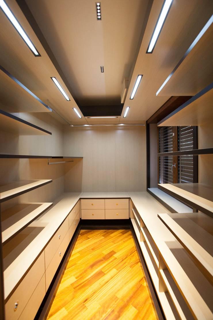 APPARTAMENTO : Spogliatoio in stile  di Architetto del Piano, Moderno