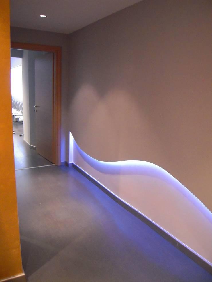 STUDIO MEDICO: Ingresso & Corridoio in stile  di Architetto del Piano, Moderno