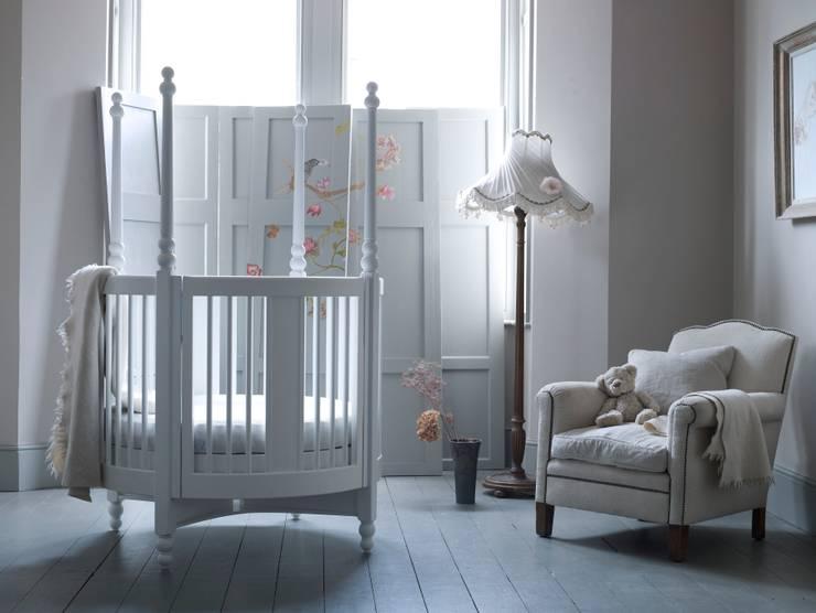 Orpheus Round Cot: classic Nursery/kid's room by Custard & Crumble