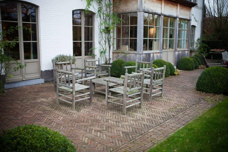 Un salon d'extérieur à l'épreuve du temps: Jardin de style  par AOC Europe