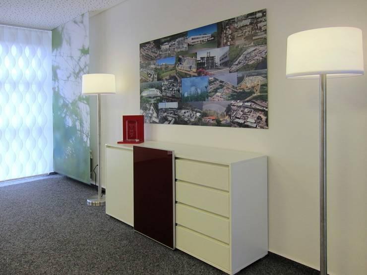 Sideboard im Konferenzraum:  Bürogebäude von hansen innenarchitektur materialberatung