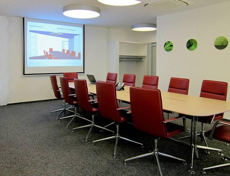 Konferenzraum:  Bürogebäude von hansen innenarchitektur materialberatung