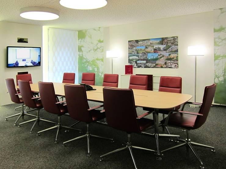 Konferenztisch und TV-Monitor:  Bürogebäude von hansen innenarchitektur materialberatung