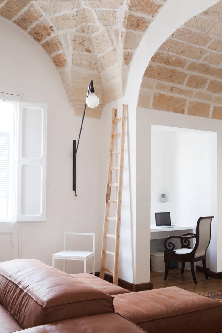 Casa Lecce: Studio in stile  di Tiid Studio