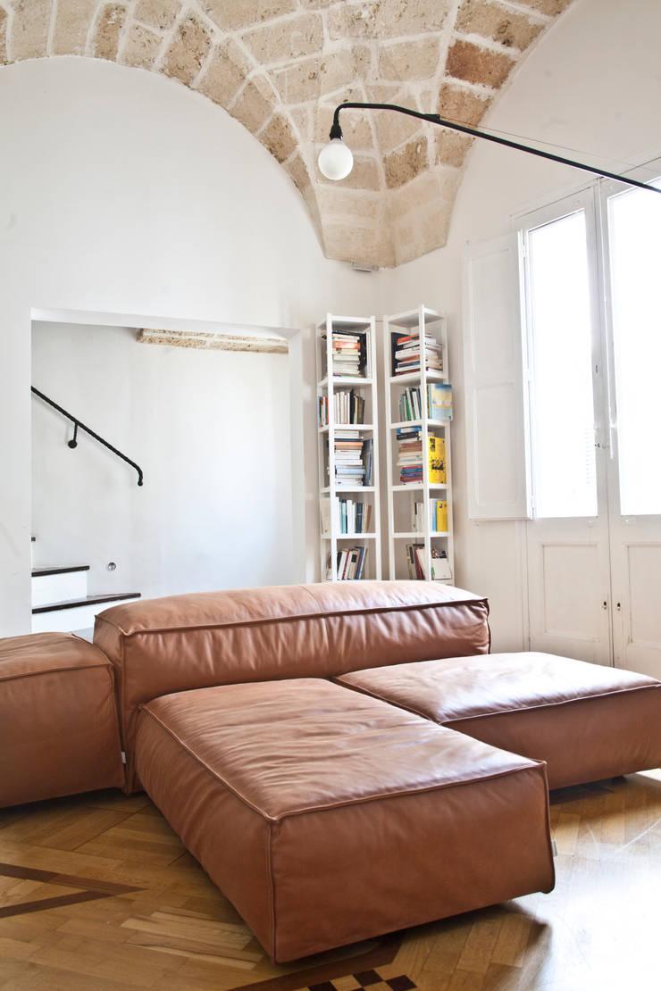 Casa Lecce: Soggiorno in stile  di Tiid Studio