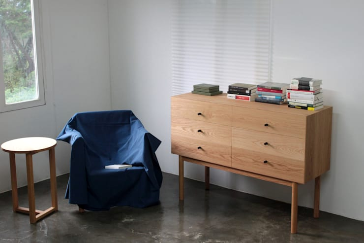 Cubic chest: The QUAD woodworks 의  거실