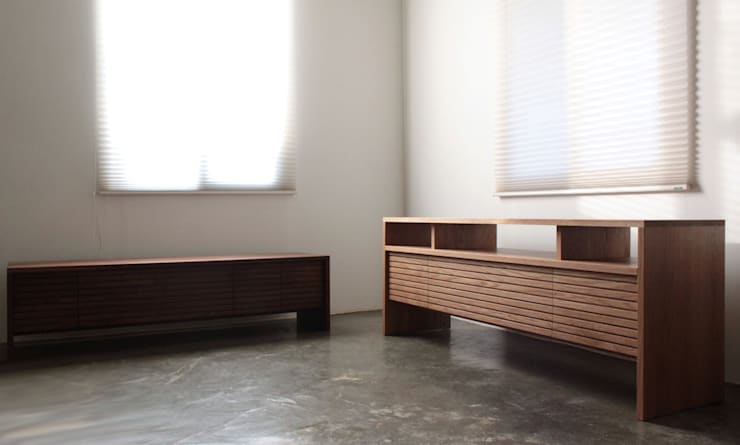 Stripe AV chest: The QUAD woodworks 의  거실