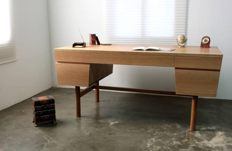 Quad desk: The QUAD woodworks 의  서재/사무실