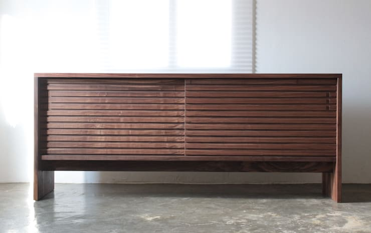Stripe chest: The QUAD woodworks 의  거실