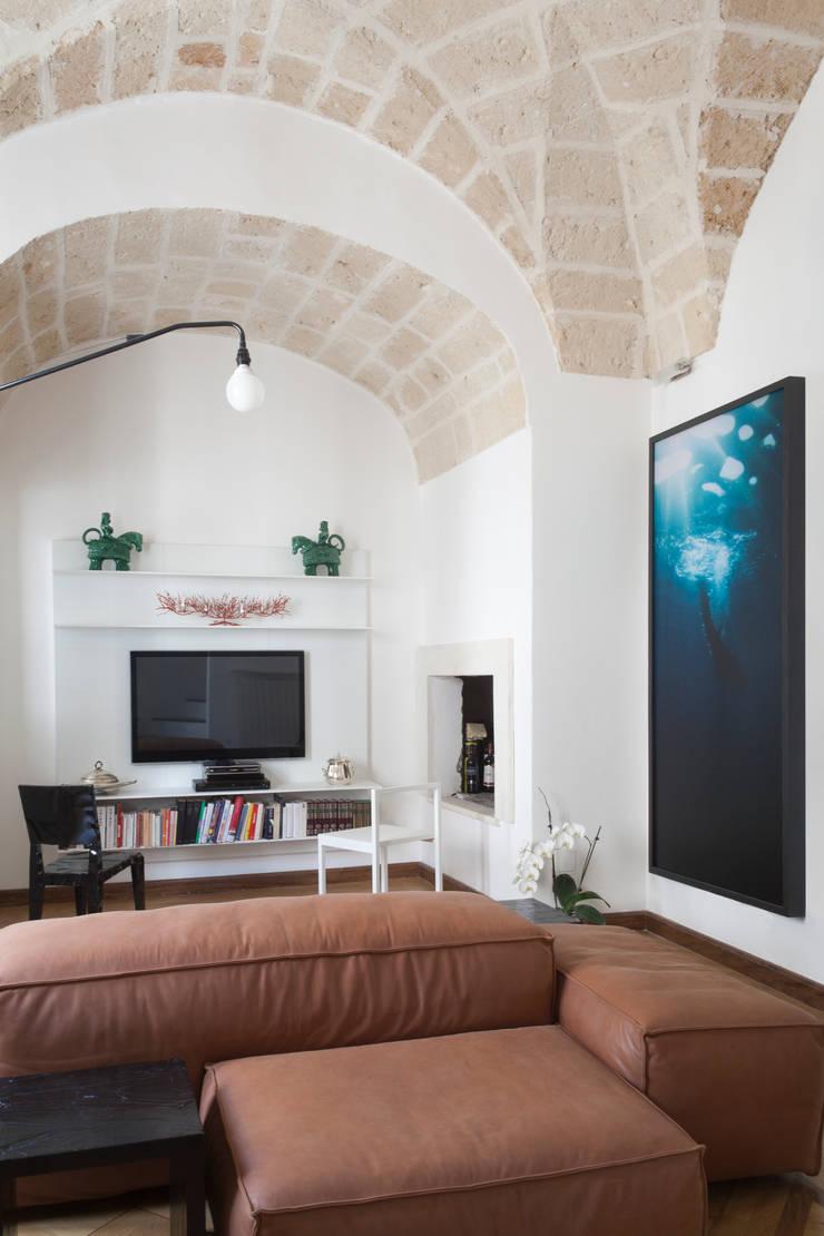 Casa Lecce: Sala da pranzo in stile  di Tiid Studio