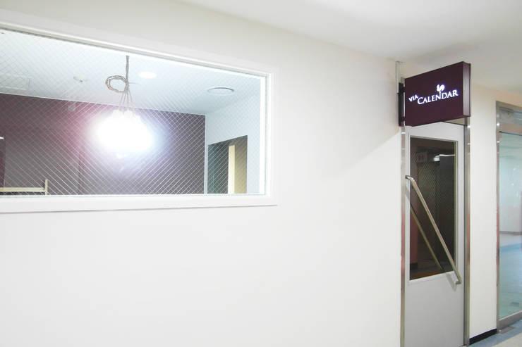 비아캘린더: 6point studio의  서재 & 사무실