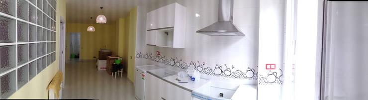 Cambio de uso de local comercial a vivienda: Cocinas de estilo  de AtelierBas. Arquitectura y Construcción