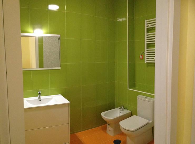 Cambio de uso de local comercial a vivienda: Baños de estilo  de AtelierBas. Arquitectura y Construcción