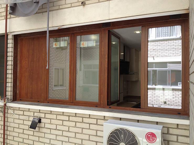 Puertas y ventanas de estilo moderno por AtelierBas. Arquitectura y Construcción