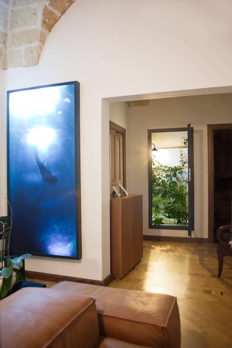 Casa Lecce: Giardino d'inverno in stile  di Tiid Studio