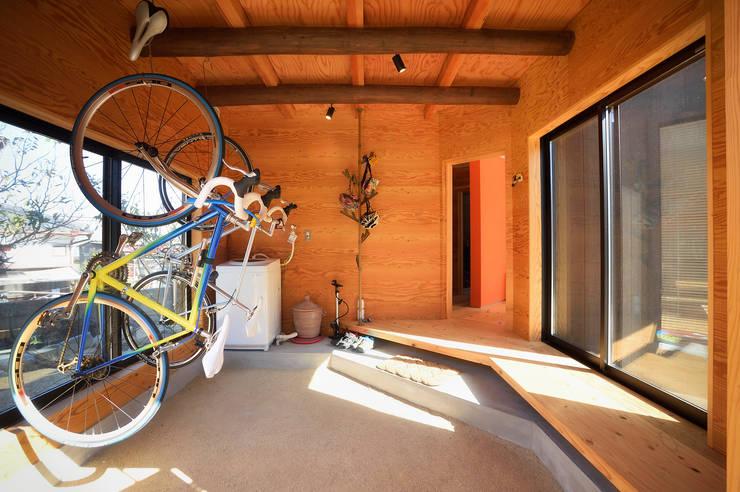 Garajes y galpones de estilo  por 長井建築設計室